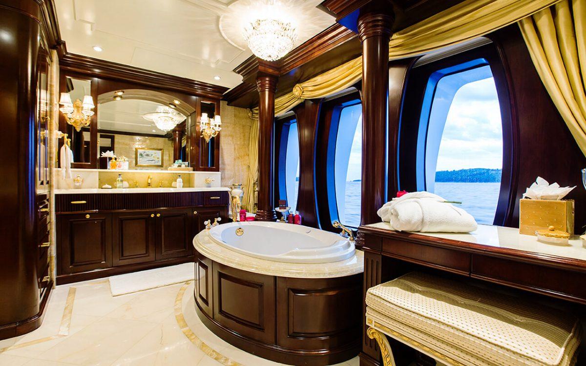 MY Mustique - el baño